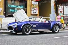Kijów, Ukraina; Kwiecień 11, 2014 AC kobra w mieście stary samochód Roczników samochody zdjęcia royalty free