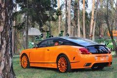 Kijów, Ukraina; Kwiecień 10, 2015 Bentley Kontynentalny GT Ściga się Mansory w lesie zdjęcia royalty free