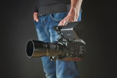 Kijów Ukraina, Kwiecień, - 22, 2018: Fachowy wideo mężczyzna ręki mienia kamera wideo Panasonic AU-EVA1 w studiu Zdjęcia Stock