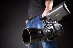Kijów Ukraina, Kwiecień, - 22, 2018: Kamerzysta trzyma film kamerę Panasonic AU-EVA1 w studiu Zdjęcia Royalty Free