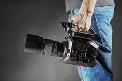 Kijów Ukraina, Kwiecień, - 22, 2018: Kamerzysta trzyma film kamerę Panasonic AU-EVA1 w studiu Fotografia Royalty Free