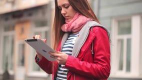 KIJÓW UKRAINA, Kwiecień, - 14, 2015: Młoda kobieta pobyt na ulicie z cyfrową pastylką zbiory