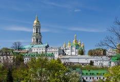 KIJÓW UKRAINA, Kwiecień, - 17, 2017: Panoramiczny widok Lavra Dzwonkowy wierza i Uspensky katedra Kijów Lavra obrazy stock