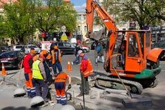 Kijów Ukraina, Kwiecień, - 22, 2018: Pracownicy naprawia jezdnię Zdjęcie Royalty Free