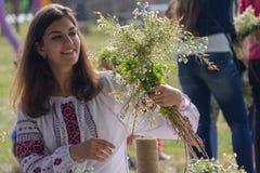 Kijów Ukraina, Lipiec, - 06, 2017: Dziewczyna wyplata kwiaty od kwiatu przy wakacje Ivan Kupala Zdjęcie Stock