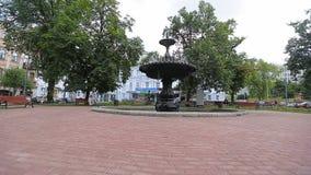 KIJÓW UKRAINA, LIPIEC, - 6, 2017: Fontanna na Ivan Franko kwadrata widokach zdjęcie wideo