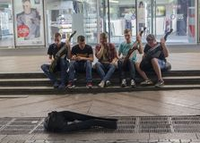 Kijów, Ukraina - 02 Lipiec, 2017: Grupa młodzi muzycy bawić się w podziemnym przejściu na krajowym ludowym instrumencie Obraz Royalty Free