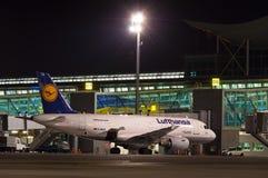 KIJÓW UKRAINA, LIPIEC, - 10, 2015: Lufthansa samolot Obrazy Stock