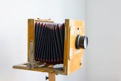 KIJÓW UKRAINA, LIPIEC, - 5, 2016 Rocznik pudełkowata kamera z drewnianym ciałem w dziedzictwa muzeum Zdjęcia Royalty Free