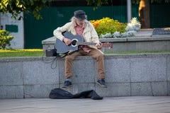 Kijów Ukraina, Lipiec, - 07, 2017: Uliczny muzyk bawić się gitarę Fotografia Royalty Free