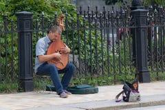 Kijów Ukraina, Lipiec, - 16, 2017: Uliczny muzyk bawić się tradycja instrument Obraz Royalty Free