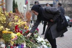 KIJÓW UKRAINA, Listopad, - 14, 2015: Ludzie kłaść kwiaty przy ambasadą francuską w Kijów ku pamięci ofiara terroru ataków w Pari Zdjęcia Royalty Free