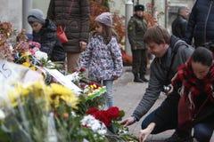 KIJÓW UKRAINA, Listopad, - 14, 2015: Ludzie kłaść kwiaty przy ambasadą francuską w Kijów ku pamięci ofiara terroru ataków w Pari Fotografia Royalty Free