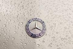 Kijów, Ukraina - 03 LISTOPAD, 2017: Zakończenie emblemat nowożytny luksusowy Mercedes-Benz samochód z popielatym moczy kapiszon Zdjęcie Stock