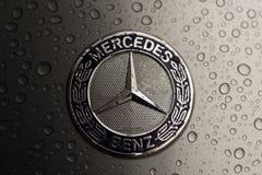Kijów, Ukraina - 03 LISTOPAD, 2017: Zakończenie emblemat nowożytny luksusowy Mercedes-Benz samochód z popielatym moczy kapiszon Obrazy Stock