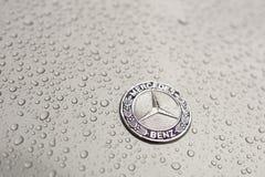 Kijów, Ukraina - 03 LISTOPAD, 2017: Zakończenie emblemat nowożytny luksusowy Mercedes-Benz samochód z popielatym moczy kapiszon Fotografia Stock