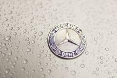 Kijów, Ukraina - 03 LISTOPAD, 2017: Zakończenie emblemat nowożytny luksusowy Mercedes-Benz samochód z popielatym moczy kapiszon Zdjęcia Stock
