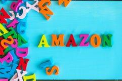 KIJÓW UKRAINA, MAJ, - 09, 2017: Amazonka - słowo komponujący mali barwioni listy na błękitnym tle Amazonka jest amerykaninem Obrazy Royalty Free