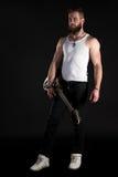 KIJÓW UKRAINA, Maj, - 03, 2017 Charyzmatyczny i elegancki mężczyzna z brodą trzyma gitarę elektryczną w jego ręce na czarny odoso Fotografia Stock