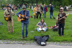 Kijów Ukraina, Maj, - 21,2016: Grupa młodzieży bawić się w parku Zdjęcia Royalty Free