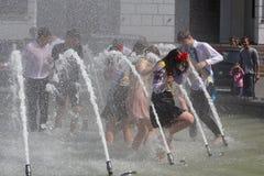 Kijów Ukraina, Maj, - 27, 2016: Kijowscy absolwenci kąpać w fontannach Zdjęcie Royalty Free