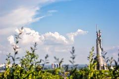 KIJÓW UKRAINA, MAJ, - 09: Kraju ojczystego zabytek także znać jako Rodina-Mat, dekorujący z czerwonym makowym kwiatu wiankiem na  Obrazy Stock