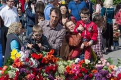 Kijów Ukraina, Maj, - 9, 2015: Kyivans kłaść kwiaty zabytek spadać żołnierze Obraz Royalty Free