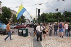 Kijów Ukraina, Maj, - 28, 2016: Mężczyzna trzyma flaga Ukraina Zdjęcie Stock