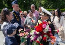 Kijów Ukraina, Maj, - 09, 2016: Mieszkanowie gratulują weteranów Drugi wojna światowa Obrazy Royalty Free