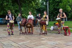 Kijów Ukraina, Maj, - 19, 2018: Muzykalna grupa bawić się bębeny przy festiwalem Fotografia Royalty Free