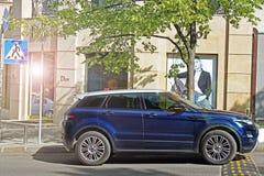 Kijów, Ukraina Maj 17, 2014 Range Rover Evoque na tle sklep «Dior « zdjęcie royalty free