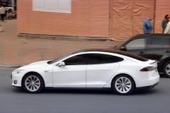 Kijów Ukraina, Maj, - 3, 2019: Tesla Model S w ruchu fotografia royalty free