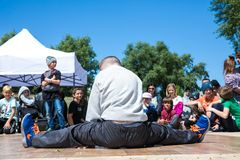 KIJÓW UKRAINA, MAJ, - 28, 2017: Uliczny artysta breakdancing outdoors Fotografia Stock