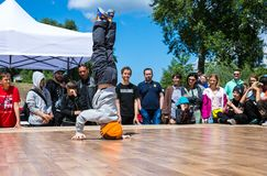 KIJÓW UKRAINA, MAJ, - 28, 2017: Uliczny artysta breakdancing outdoors Obrazy Stock