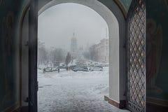 Kijów Ukraina, Marzec, - 04, 2018: Śnieżny miasto od bram St Michael ` s Domed monaster Zdjęcia Stock