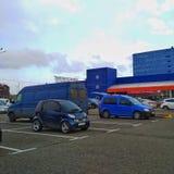 KIJÓW UKRAINA, MARZEC, - 21, 2019: błękitni samochody różni rozmiary w parking materiału budowlanego supermarketa epicentrum zdjęcia stock