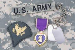 KIJÓW UKRAINA, Marzec, - 6, 2016 Purple Heart nagroda z psimi etykietkami na wojsko usa kamuflażu mundurze zdjęcie royalty free