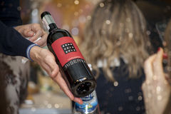 Kijów Ukraina, Marzec, - 26, 2016: Wino degustacja przy Dobrym winogradu sklepem Sommelier nalewa suchego czerwone wino w szkło Zdjęcie Stock