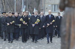 KIJÓW UKRAINA, Nov, - 28, 2015: Prezydent Ukraina Petro Poroshenko i jego żona upamiętniał ofiary ludobójstwo Zdjęcie Stock