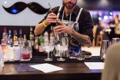 KIJÓW, UKRAINA - 30 PAŹDZIERNIK, 2016: Barmanu festiwal Młody przystojny barman robi koktajlowi Zdjęcie Stock