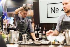 KIJÓW, UKRAINA - 30 PAŹDZIERNIK, 2016: Barmanu festiwal Młody przystojny barman robi koktajlowi Zdjęcia Royalty Free