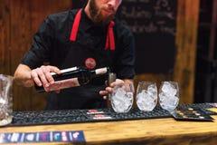 KIJÓW, UKRAINA - 30 PAŹDZIERNIK, 2016: Barmanu festiwal Młody przystojny barman robi koktajlowi Fotografia Stock