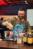 KIJÓW, UKRAINA - 30 PAŹDZIERNIK, 2016: Barmanu festiwal Przystojny brodaty modnisia barman z długą brodą i wąsy z Obrazy Stock