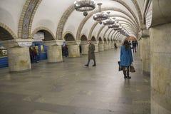 Kijów Ukraina, Październik, - 08, 2016: Pasażery na staci metru Obrazy Stock