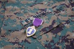KIJÓW UKRAINA, Październik, - 20, 2016 USA Purple Heart nagroda na USA żołnierzy piechoty morskiej kamuflażu mundurze obrazy royalty free