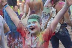 Kijów Ukraina, Sierpień, - 06, 2017: Chłopiec plami z farbą podczas Holi festiwalu Obrazy Royalty Free