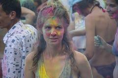 Kijów Ukraina, Sierpień, - 06, 2017: Dziewczyna plami z farbą podczas Holi Obrazy Royalty Free