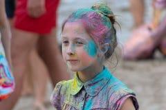 Kijów Ukraina, Sierpień, - 06, 2017: Dziewczyna plami z farbą podczas Holi festiwalu Fotografia Royalty Free