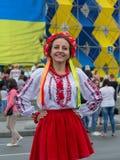 Kijów Ukraina, Sierpień, - 24, 2016: Dziewczyna w Ukraińskim obywatelu odziewa na niezależność kwadracie Obraz Royalty Free