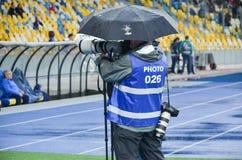 KIJÓW UKRAINA, Sierpień, - 24, 2017: Fotografia korespondent w deszczu obraz stock